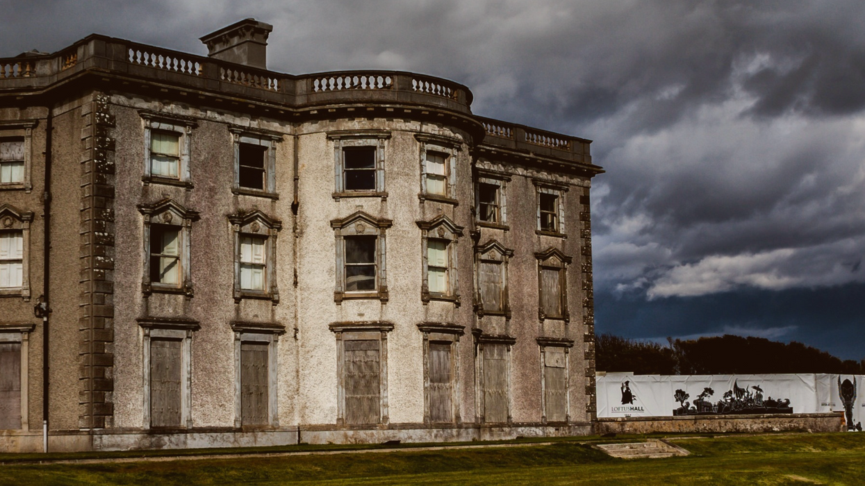 This Mansion For Sale Is So Haunted That Locals Refuse To Walk By At Night  (PHOTOS)