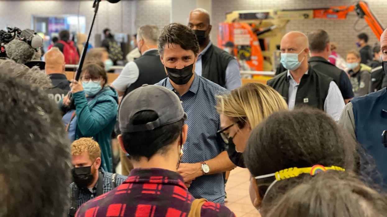 Justin Trudeau aperçu à prendre des selfies dans le métro de Montréal (VIDÉO)