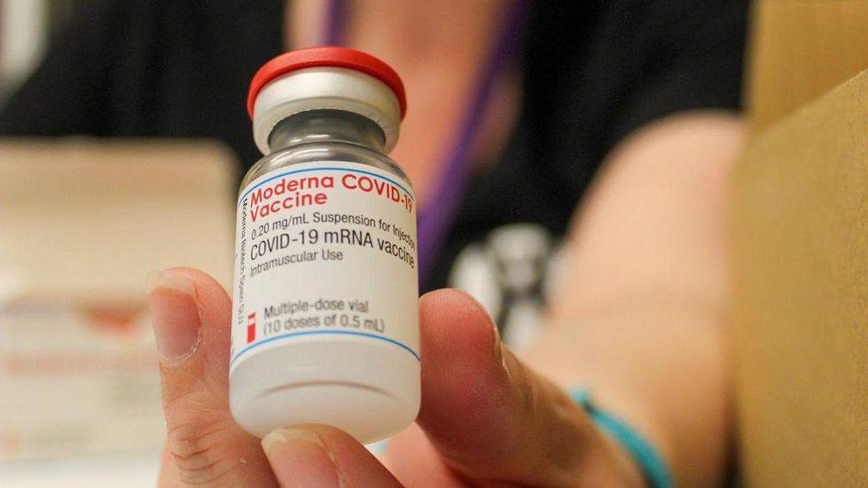 Les vaccins contre la COVID-19 ont changé de noms et non, ce n'est pas une joke