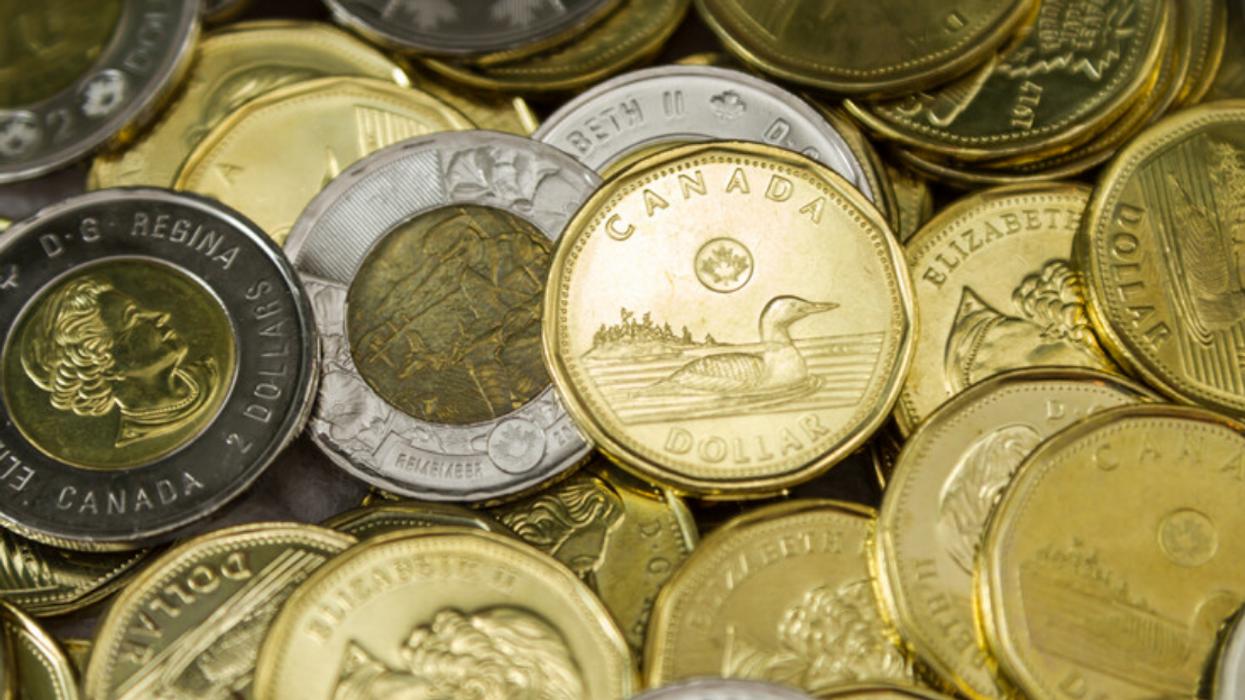 Une nouvelle pièce de 1 $ arrive au Canada cette semaine et elle brille comme l'or (PHOTO)